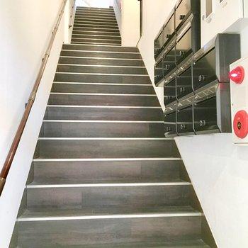 共用部】扉を開けるとすぐ階段。ちょっと急です、、