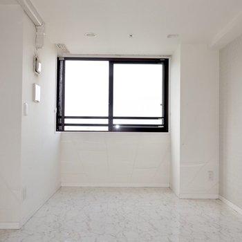 つるんと白い大理石風なフローリングが高級感※写真は17階の同間取り別部屋、通電前・清掃前のものです