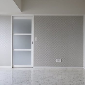 引き戸を開けると・・・※写真は17階の同間取り別部屋、通電前・清掃前のものです