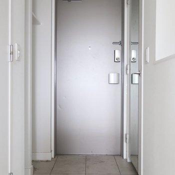 実は収納たっぷりな玄関※写真は17階の同間取り別部屋、通電前・清掃前のものです
