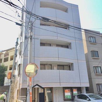 1階はテナントになっています。5階建ての細身のマンション。