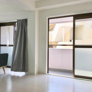 窓はバルコニー側に2面分。風通しも良いんだなぁ。(※写真の家具・小物は見本です)