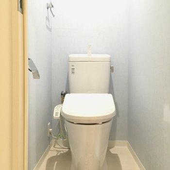 トイレはウォシュレット付き!上部には棚もあります。(※写真の小物は見本です)