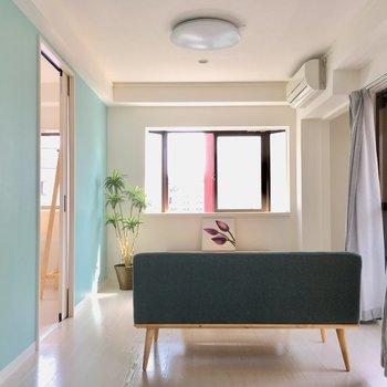 エアコンはお部屋についてきます。テレビ線は奥の窓左側に。(※写真の家具・小物は見本です)