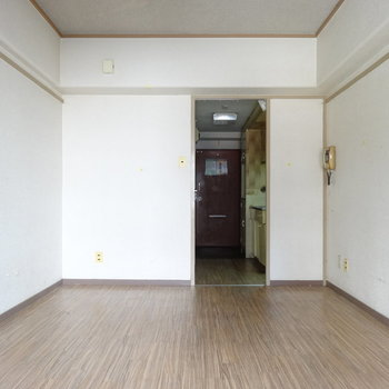 インターホンの受話器も年月を感じます。※写真は2階の同間取り別部屋のものです