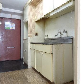 レトロなキッチン。横には冷藏庫を置くスペースも◎※写真は2階の同間取り別部屋のものです