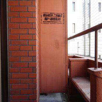 バルコニーはコンパクト。棚みたいなところでお花育てられそう!洗濯機置き場もこちらに。※写真は2階の同間取り別部屋のものです