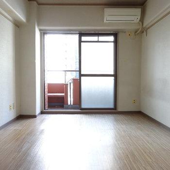 南向きのバルコニーから光がたっぷり射し込みます。※写真は2階の同間取り別部屋のものです