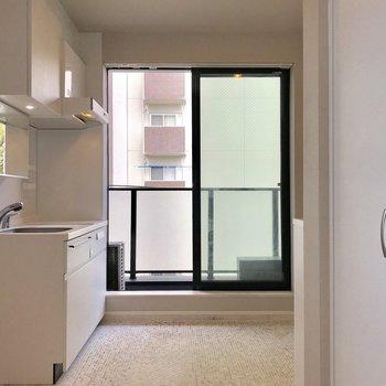 使いやすそうなキッチン、鏡も!※写真は4階の同間取り別部屋のものです