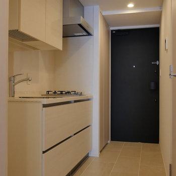 ドアを開けると、キッチン〜玄関部。