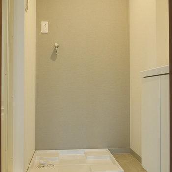 脱衣所に洗濯機置場。 ※写真は5階の同間取り別部屋のものです