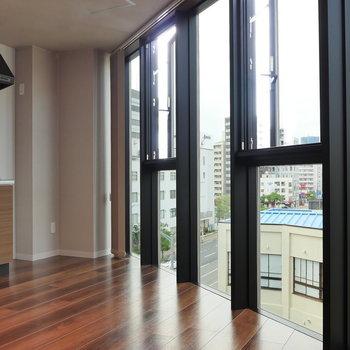 こんな窓に憧れて。※写真は5階の同間取り別部屋のものです