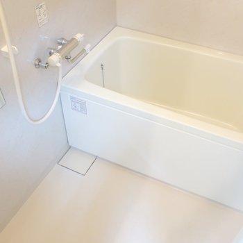 浴室は広めでゆったり入れます。※写真は5階の同間取り別部屋のものです。