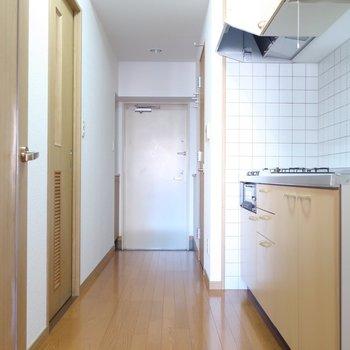 キッチンや水回りは廊下的スペースに。※写真は5階の同間取り別部屋のものです。