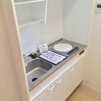 キッチンはコンパクトにIH1口です※写真は2階の反転間取り別部屋のものです
