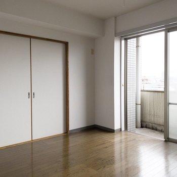 お部屋は明るいです。