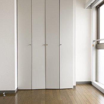 【洋室】大きめのクローゼットがあります。