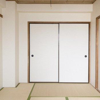 【和室】こちらの扉からDKへ。