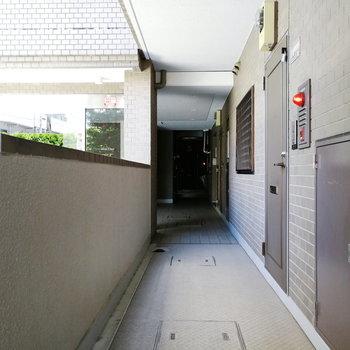 玄関前の廊下は開放的。