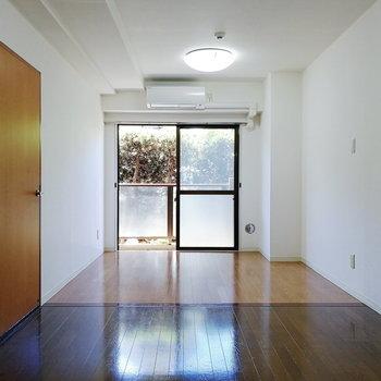 床の色が切り替わるリビング。