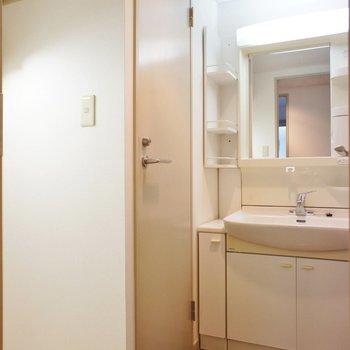 サニタリーはコンパクトに。※写真は1階の同間取り別部屋のものです