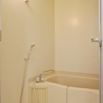 お風呂も少しコンパクトですが、水栓が新しくなっています。※写真は1階の同間取り別部屋のものです