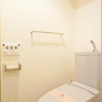トイレ独立。洗浄便座付きです。※写真は1階の同間取り別部屋のものです