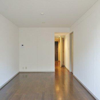 手前にソファ、奥にダイニングテーブルを置いて、※写真は1階の同間取り別部屋のものです