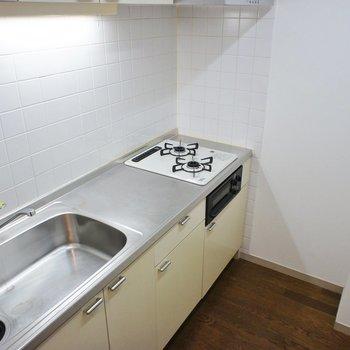 水栓、コンロ、レンジフード、給湯器は、今回新しいものに交換しています。※写真は1階の同間取り別部屋のものです