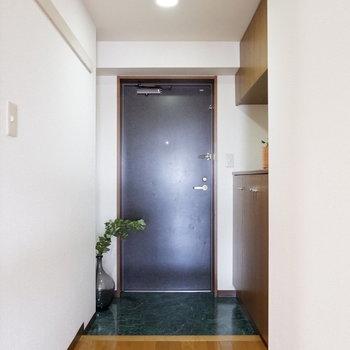 玄関にきました!フローリングつやつや※写真は4階の同間取り別部屋のものです