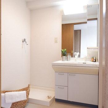 脱衣所にきました。ゆったりスペースあります※写真は4階の同間取り別部屋のものです