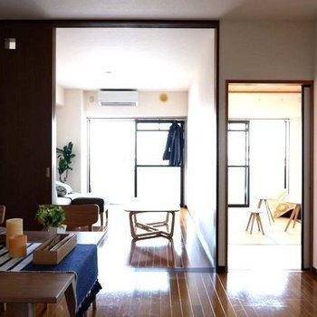 【LDK】LDKと洋室の仕切りを開ければとっても開放的。※写真は4階の同間取り別部屋のものです