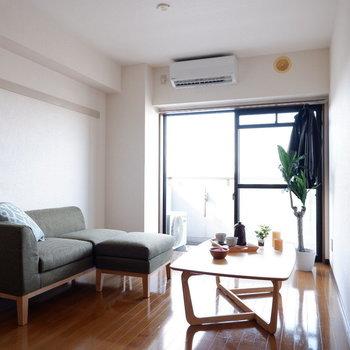 【洋室①】二人がけのソファを置いてもゆとりあります。※写真は4階の同間取り別部屋のものです