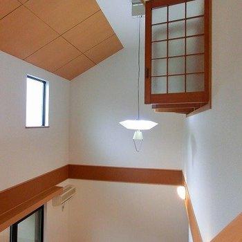 吹き抜けにシーリングファンのあるメゾネットタイプのお部屋(※写真は1階の同間取り別部屋のものです)