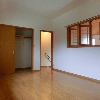 2階のお部屋は吹き抜け側に可愛らしい窓付き!(※写真は1階の同間取り別部屋のものです)