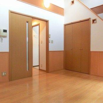 階段下も余さなく収納スペースです(※写真は1階の同間取り別部屋のものです)