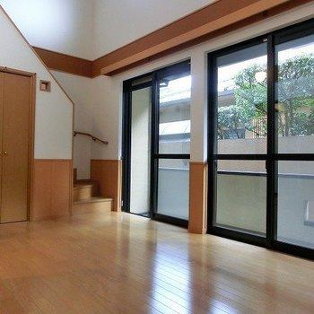 1階と2階の窓際にはシャッターが備わっているので防犯面も安心(※写真は1階の同間取り別部屋のものです)