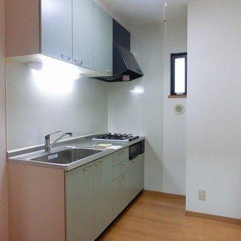 2口コンロのキッチンは広々スペース納まっています!(※写真は1階の同間取り別部屋のものです)