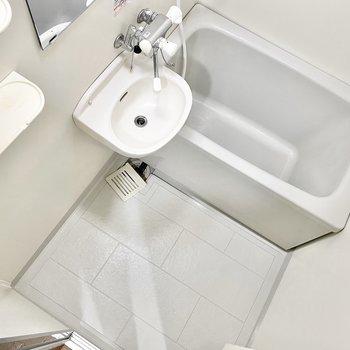 お風呂は洗面台とのユニットタイプ。