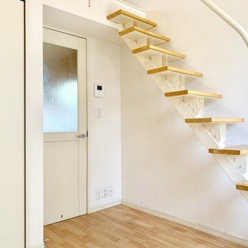 階段に抜けがあるので、圧迫感がないですね。