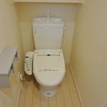トイレはもちろんウォシュレット、ピカピカ。※写真は1階の同間取り別部屋のものです