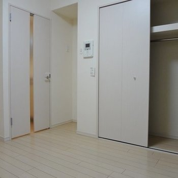 居室はコンパクトながらも、清潔で上品。※写真は1階の同間取り別部屋のものです
