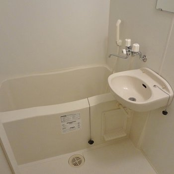 バスルームはユニットですが、築浅だけあってピカピカ。※写真は1階の同間取り別部屋のものです