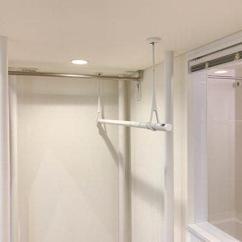 ロフト下には部屋干しのポール。お風呂前の窓はブラインドもついています。