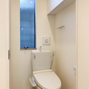収納がしっかりついてるのが機能的なトイレ。
