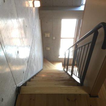 【上階】下へ降りてみます※写真は1階の同間取り別部屋のものです