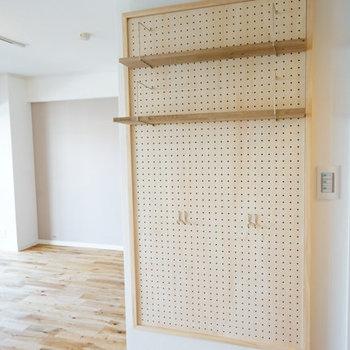 リビング横の壁にはメモや小物を引っ借りたり便利な有孔ボードを♪※前回募集時の写真です