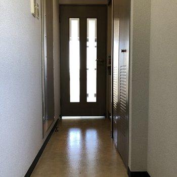 日当たりがいいので廊下にまでこぼれてきています。※写真は12階の似た反転間取り別部屋のものです