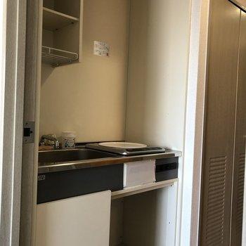 【キッチン】収納付きのキッチンです。※写真は12階の似た反転間取り別部屋のものです