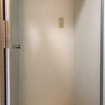 大きめの洗濯機が置けますよ。※写真は12階の似た反転間取り別部屋のものです